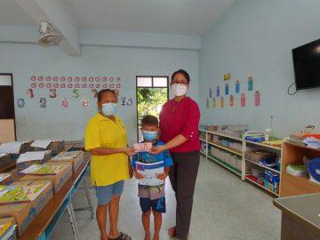 โรงเรียนวัดบ้านทวนได้ให้ผู้ปกครองนักเรียน เข้ามารับ-ส่งใบงานการบ้าน รับเงินค่าอาหารกลางวัน และรับนมกล่อง