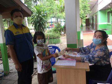 โรงเรียนบ้านห้วยลึกดำเนินการจ่ายเงินเยียวยา 2,000 บาทให้นักเรียน